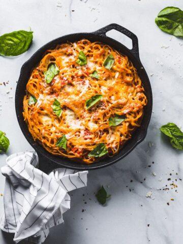 baked spaghetti pie overhead 1